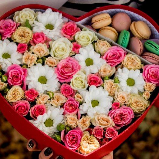 """Коробка сердцн с кустовой розой и макаруни """"С любовью"""": букеты цветов на заказ Flowwow"""