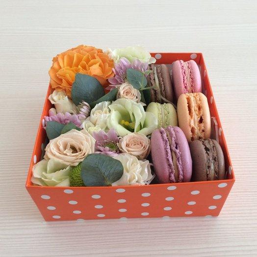 Коробка с цветами и макарунами