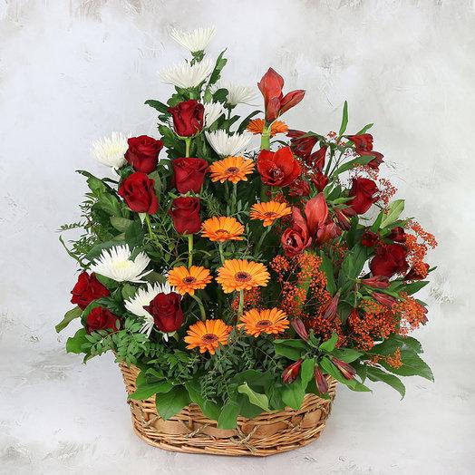 Траурная композиция из роз хризантем и гербер