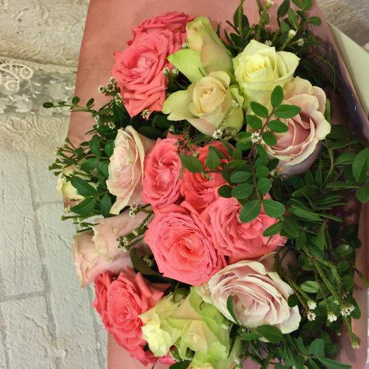 Букет с розами и лизиантус от: букеты цветов на заказ Flowwow