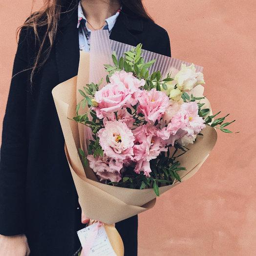 Монобукет с лизиантусом в корейской упаковке: букеты цветов на заказ Flowwow