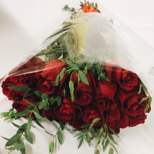 15 красных роз с зеленью