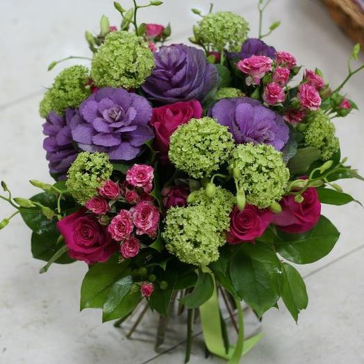 Яркий букет из брассики, розы и вибурнума: букеты цветов на заказ Flowwow