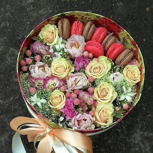 Коробка с макарони «нежность»: букеты цветов на заказ Flowwow