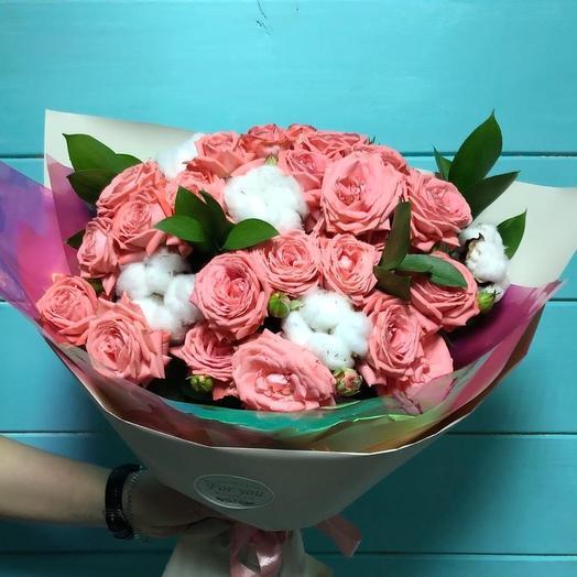 Букет из кустовых роз с хлопком