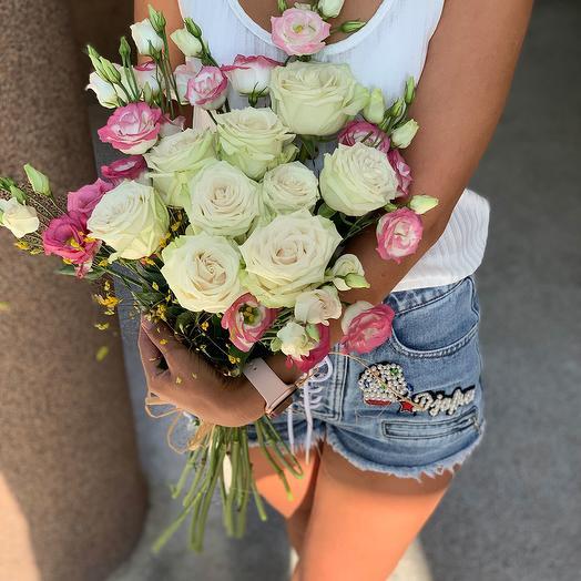 Розовые эустомы и белые розы: букеты цветов на заказ Flowwow