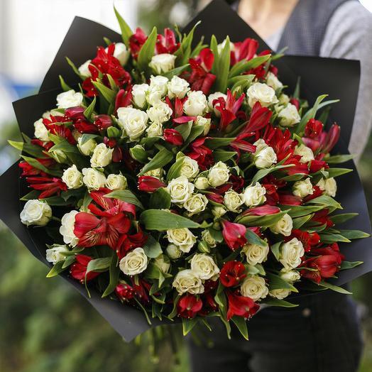 """Букет из """"белых кустовых роз и альстромерии"""": букеты цветов на заказ Flowwow"""