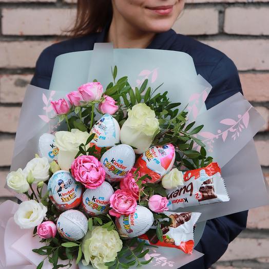 Букет с киндерами и цветами