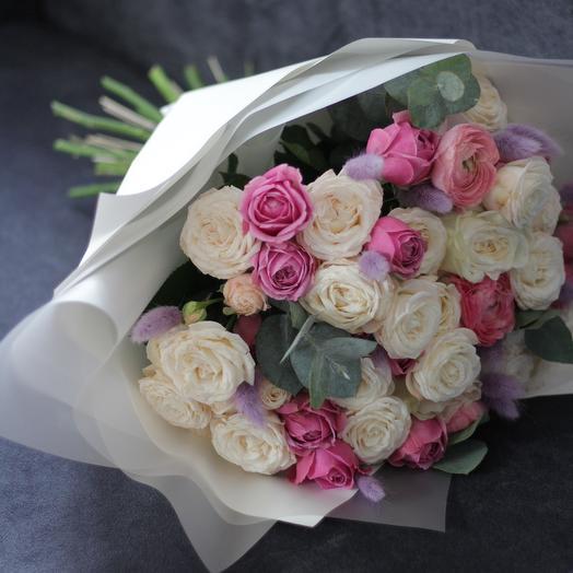 Букет с яркими пионовидными розами и лагурусом: букеты цветов на заказ Flowwow