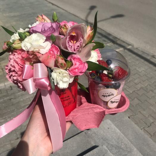 Цветочное послание с стаканчиком с ягодами