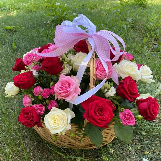 Плетёная корзина с розами
