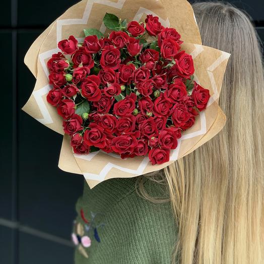 Кустовые красные розы в крафте