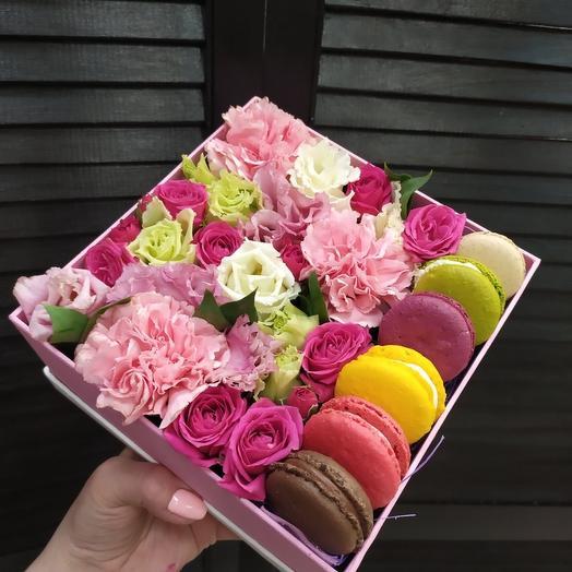 цветочная композиция и макарон