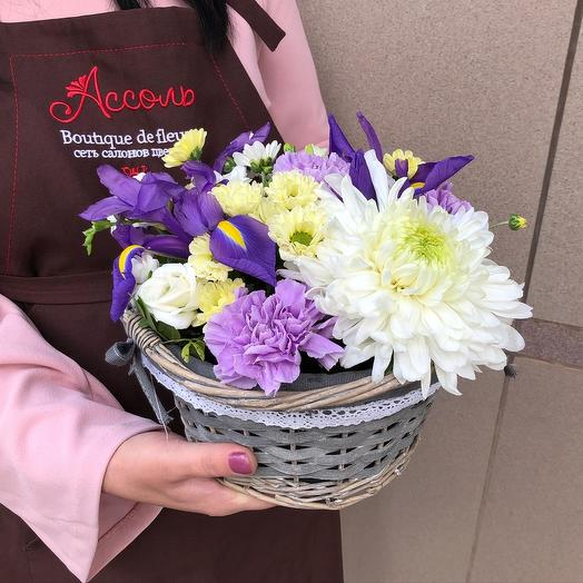 Корзинка с ирисами и хризантемой