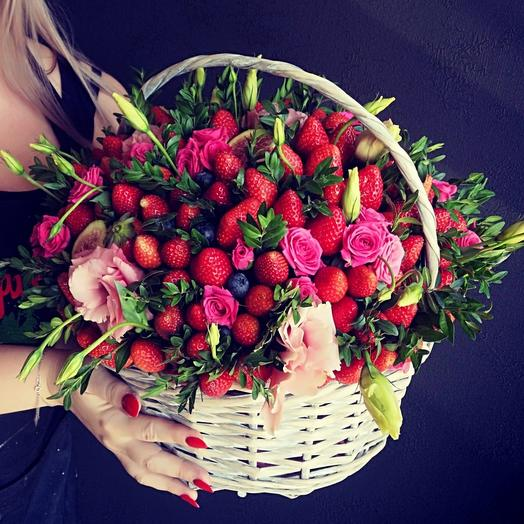 Корзина с цветами и клубникой