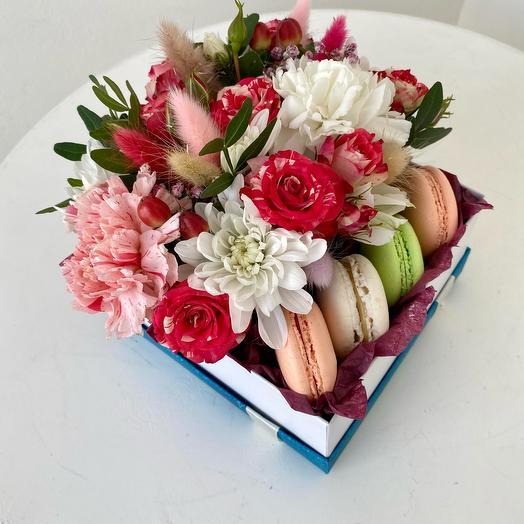 Коробочка с цветами и макарунсами
