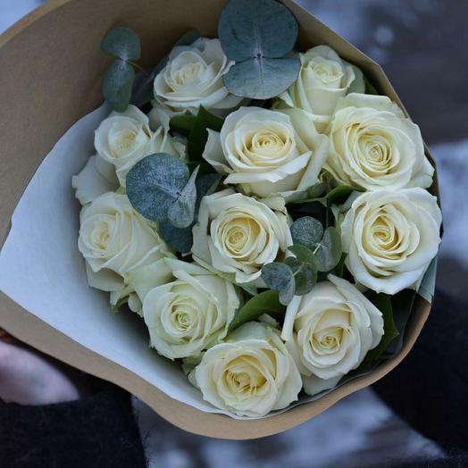 Белые розы с эвкалиптом в крафте