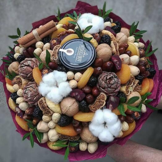 Букет из сухофруков и орехов