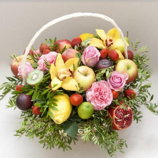 Корзина с фруктами и живыми цветами