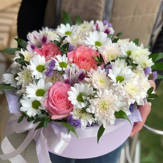 Пышная композиция с розами и хризантемой в коробке