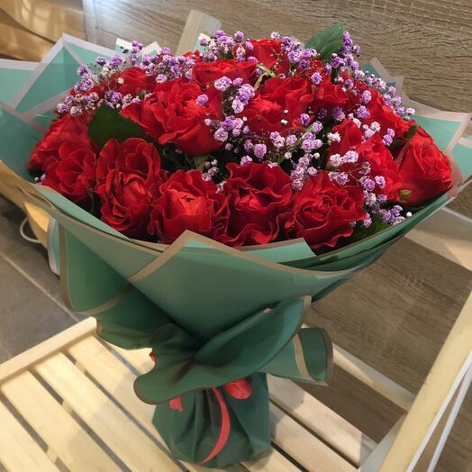 Букет алых роз с лавандовой гипсофилой