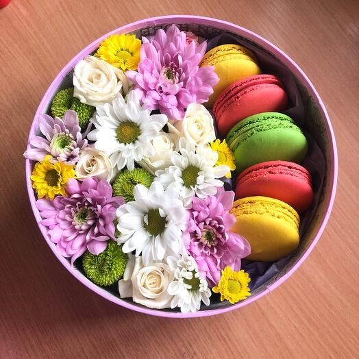 Цветы в коробке с Макарони