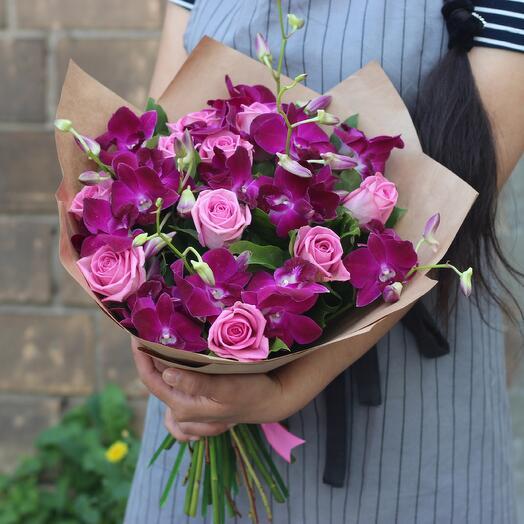 Сиреневые орхидеи и розовые розы