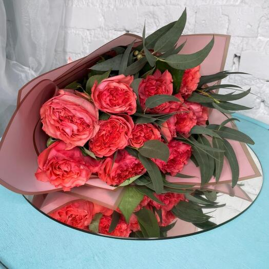 11 пионовидных роз