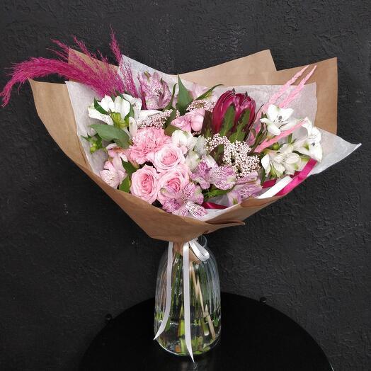 Букет с протеей, кустовой розой и альстромерией