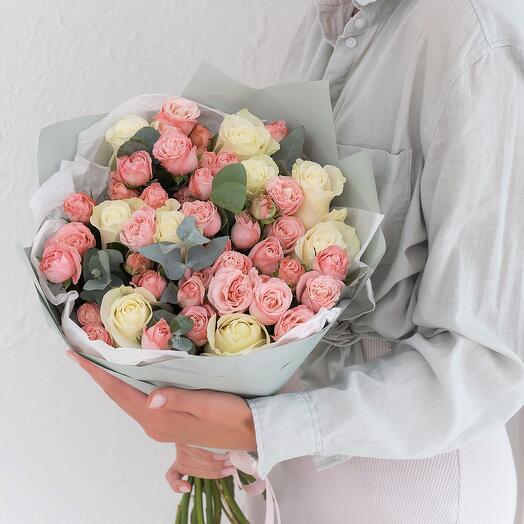 Авторский букет с кустовой пионовидной розой и розой Эквадор