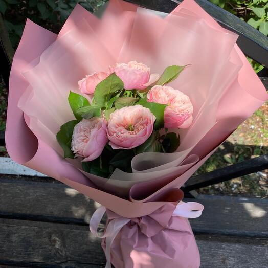 Букет из нежных пионовидных роз