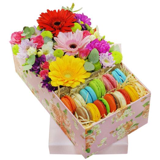 Композиция с цветами и макаруни в коробке Конфетти: букеты цветов на заказ Flowwow