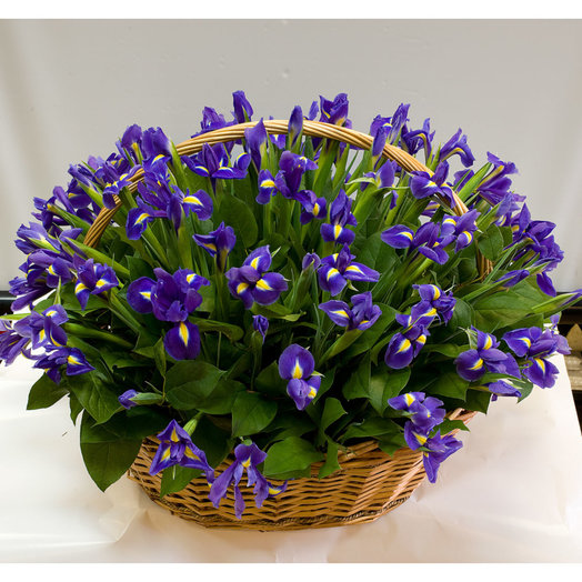 Корзина из ирисов Ветер перемен: букеты цветов на заказ Flowwow