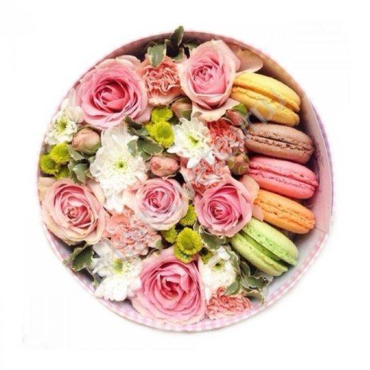 Коробка с цветами и макарунами Слакий сюрприз