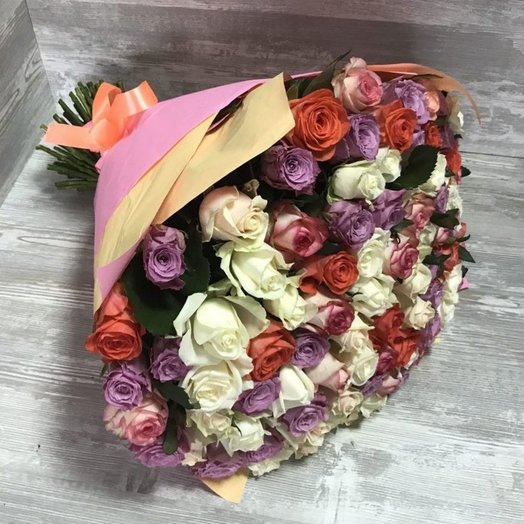 101 роза МИКС в упаковке: букеты цветов на заказ Flowwow