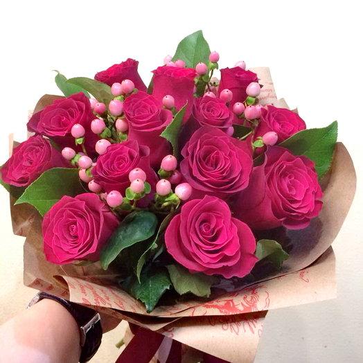 Букет из 13 красных роз с ягодками гиперикума: букеты цветов на заказ Flowwow