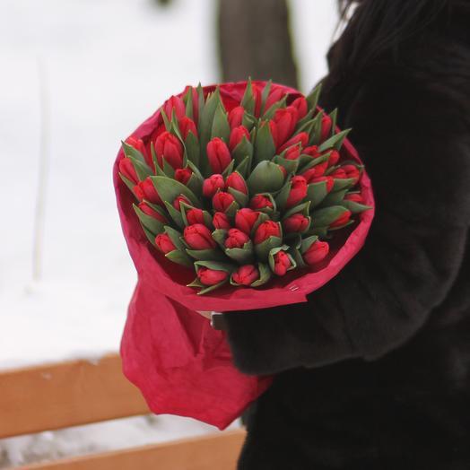 51 красный тюльпан в крафте: букеты цветов на заказ Flowwow