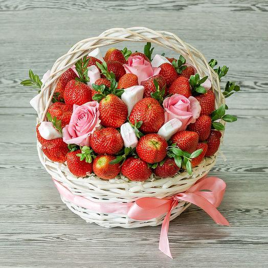 Корзина с клубникой и цветами: букеты цветов на заказ Flowwow