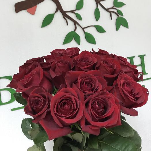 Букет из 17 красных роз (60 см): букеты цветов на заказ Flowwow