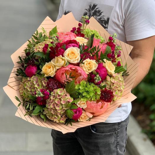 Букет с пионами, розами и гортензией: букеты цветов на заказ Flowwow