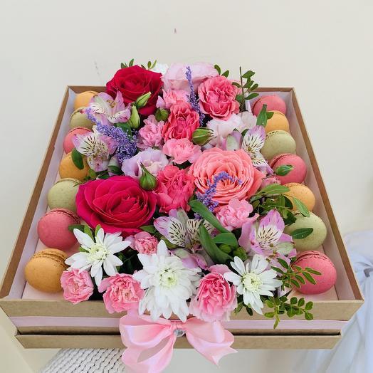 Коробочка с цветами и макаруни