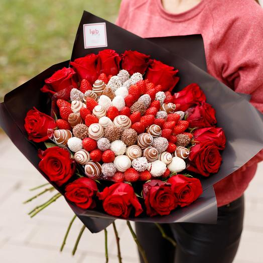 Сатурн L микс с розами и клубникой: букеты цветов на заказ Flowwow