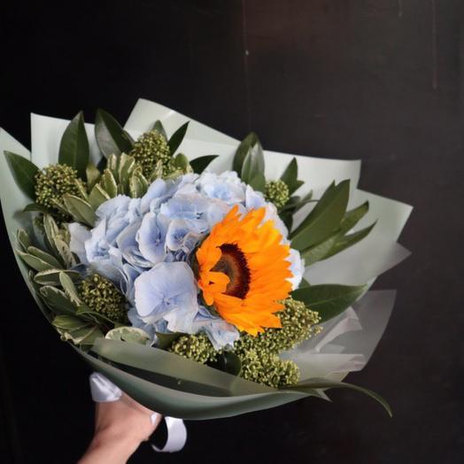 Букет с подсолнухом и голубой гортензией: букеты цветов на заказ Flowwow