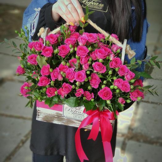 Ящик с малиновыми кустовыми розами