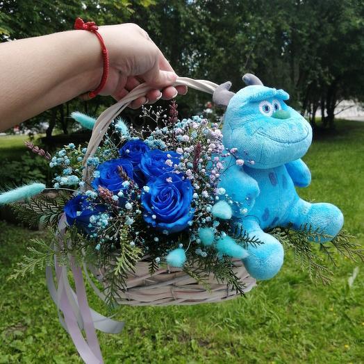 Корзина с розами и мягкая игрушка
