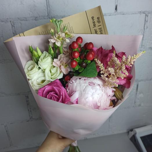 Красивый букет с пионом и ассорти цветов: букеты цветов на заказ Flowwow