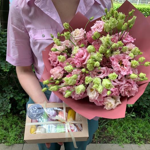 Набор из 12 макарон и букет из эустомы: букеты цветов на заказ Flowwow