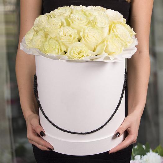 Букет 25 белых роз в шляпной коробке