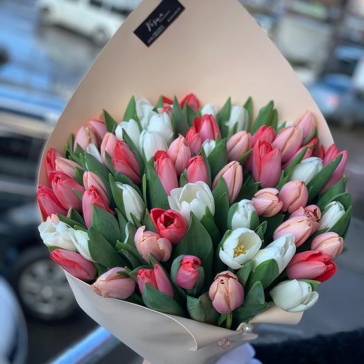 51 тюльпан в дизайнерской упаковке