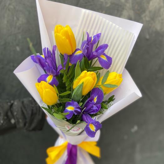 Букет 7 желтых тюльпанов и ирисов